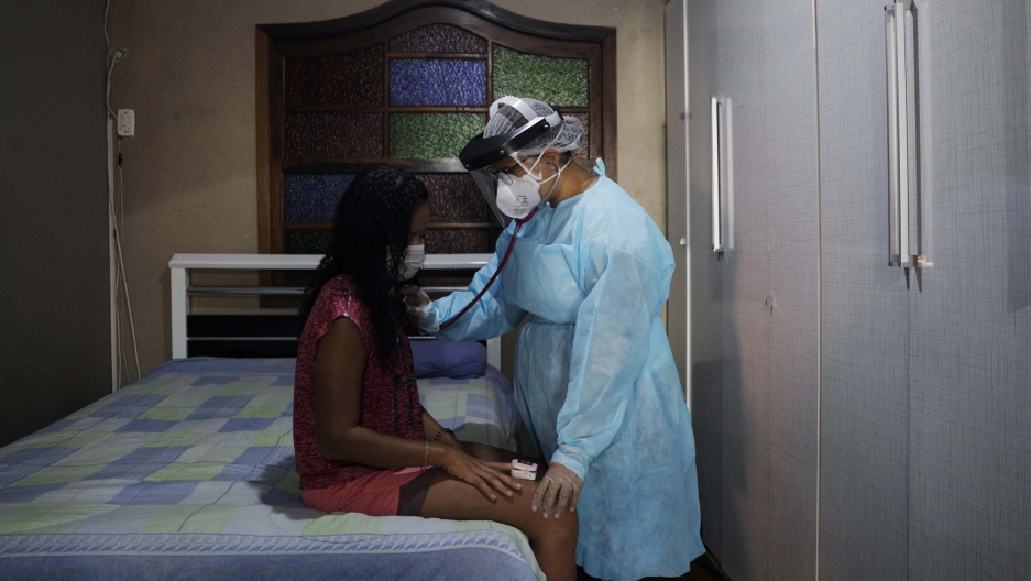 Physiotherapist, Ana Carolina Xavierapplies aBrazilian physiotherapy methodwhile attending to thecoronavirusdisease (COVID-19) patient Marcia Guimaraes, 40, in Rio de Janeiro's outskirts,Brazil, on May 23, 2020.
