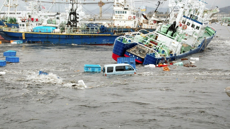 japan tsunami Overview in the deadly earthquake and tsunami that shattered northeastern japan, a n estimated 20,000 perished in the devastation entire communities were wiped out, and hundreds of thousands of people were displaced.