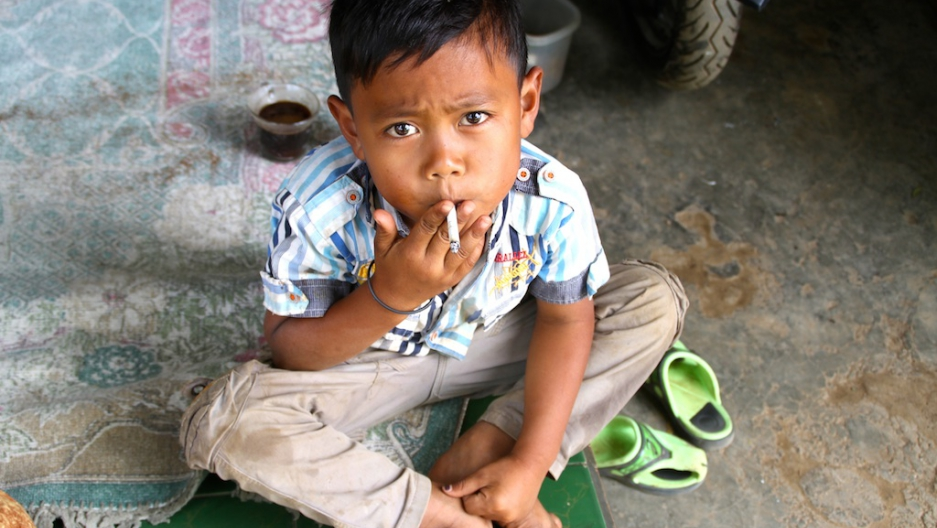 smoking kid in indonesia