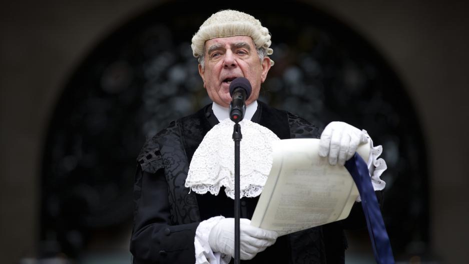 London common crier announces dissolution of Parliament