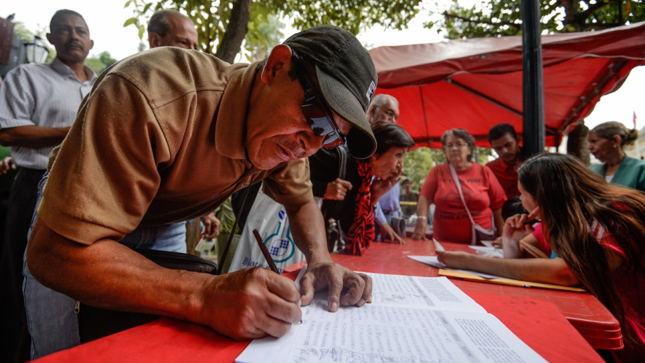 Venezuelan man signs petition against Obama