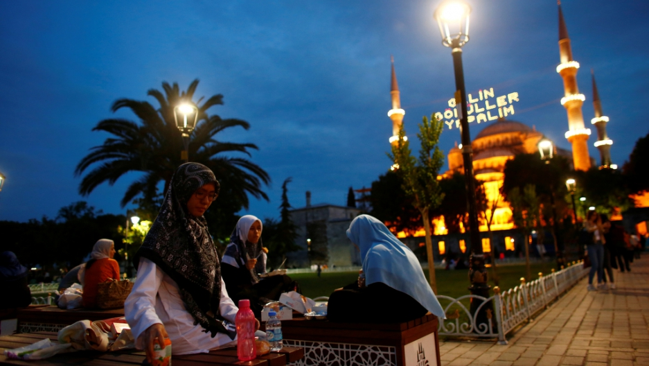 Muslims break their fast at Sultanahmet square on the first day of the holy fasting month of Ramadan in Istanbul, Turkey, June 6, 2016.