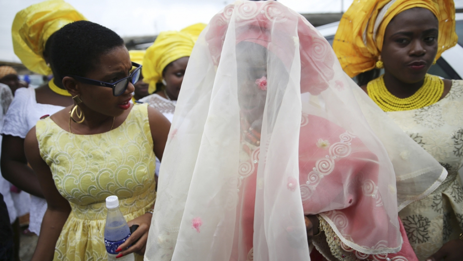 Sunlola Ogungbadero (C) dances with her friends during her traditional wedding in Surulere district, Nigeria's Lagos, July 31, 2014.