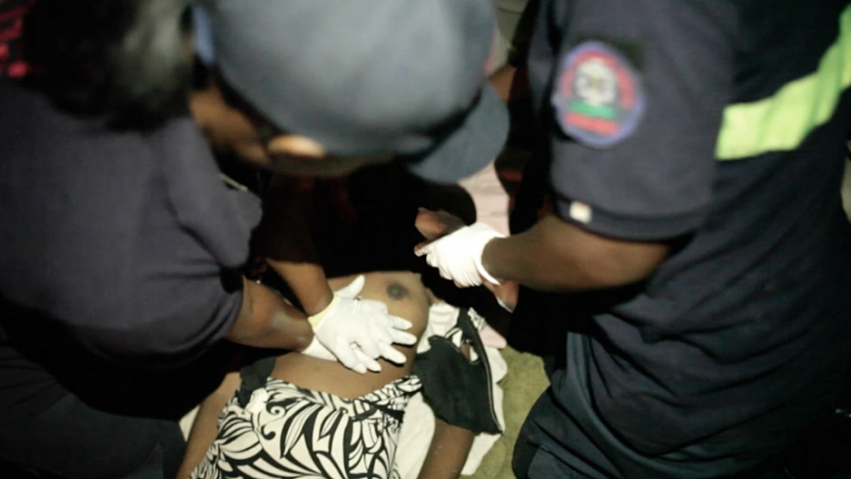 The paramedics try in vain to bring a young woman with a failed heart back to life.