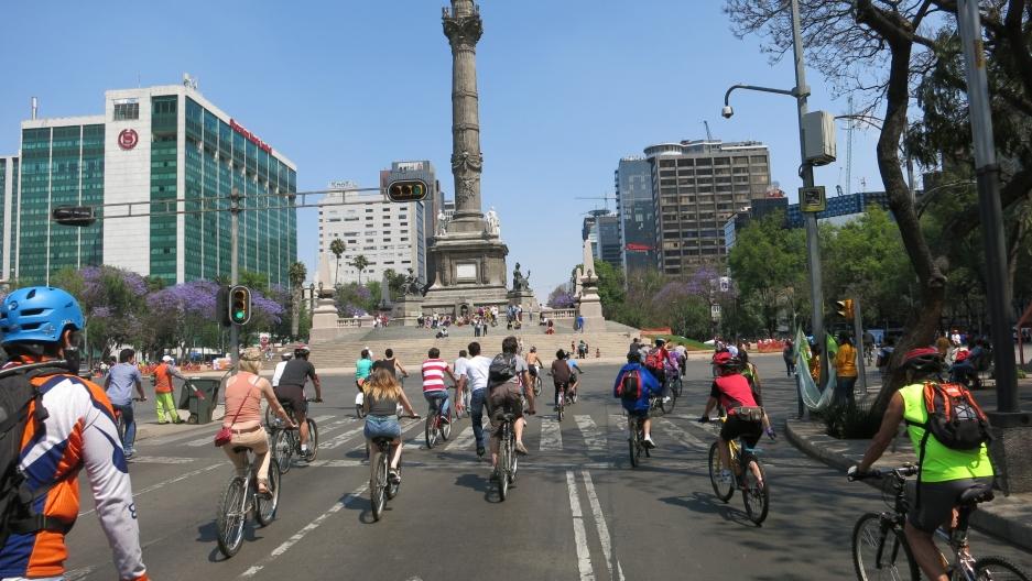 a Sunday, Mexico City's El Paseo de La Reforma.