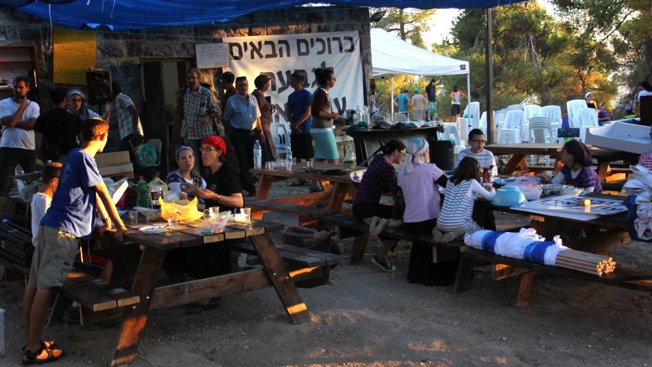Settler families eat in Giv'at Oz veGa'on.