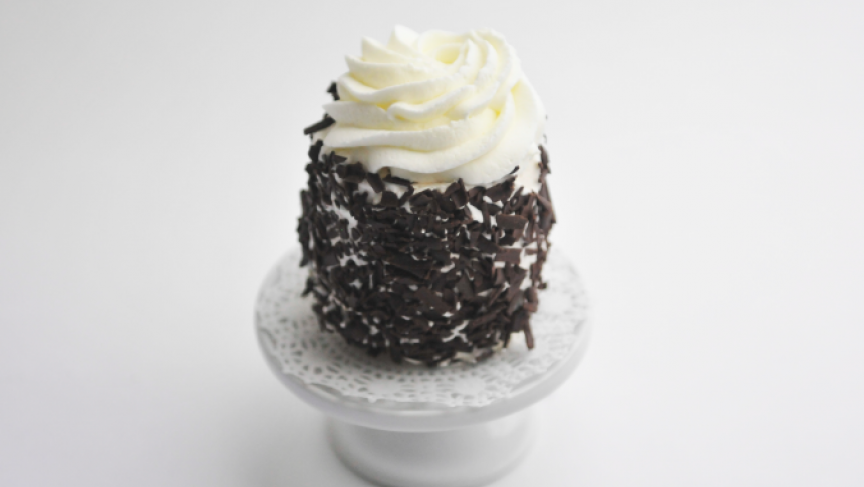 Once cooked, the meringue is covered with cream and shredded chocolate