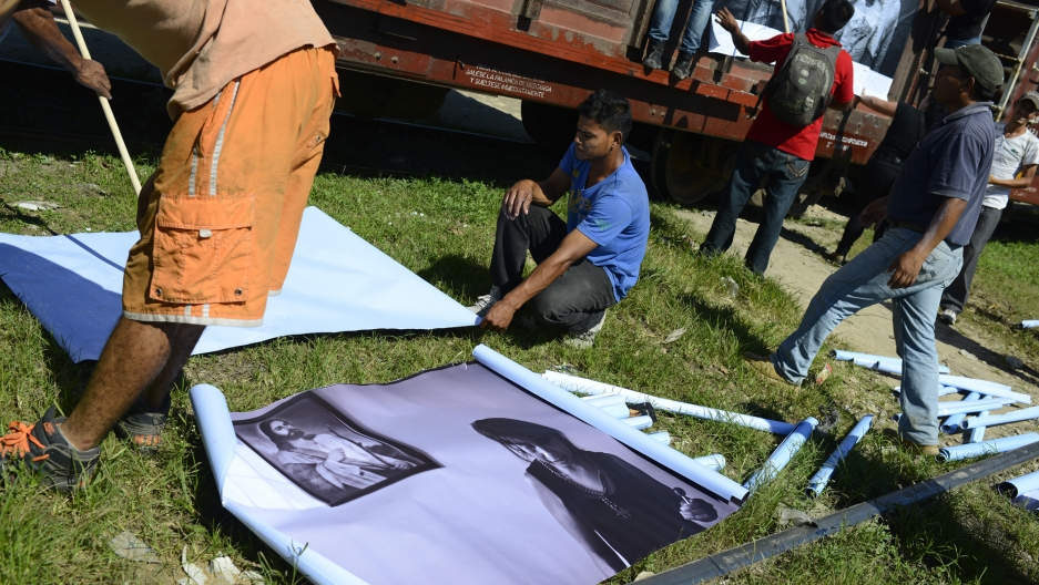 Large printouts of photographs from the MigraZoom project were displayed in parts of southern Mexico where Central American migrants travel through. Some photographs were displayed on the cargo trains that migrants board.