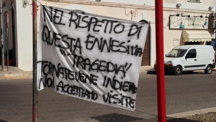 Locals put up signs throughout Lampedusa to protest the visit of politicians who came after the shipwreck. More than 350 people -mostly from the African nation of Eritrea- lost their lives. Many Lampedusans protested the lack of resources and support from