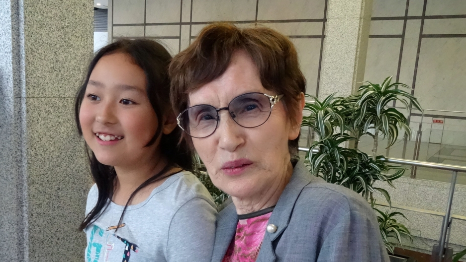 Hiroshima survivor Sueko Hada and her great-granddaughter Luna.