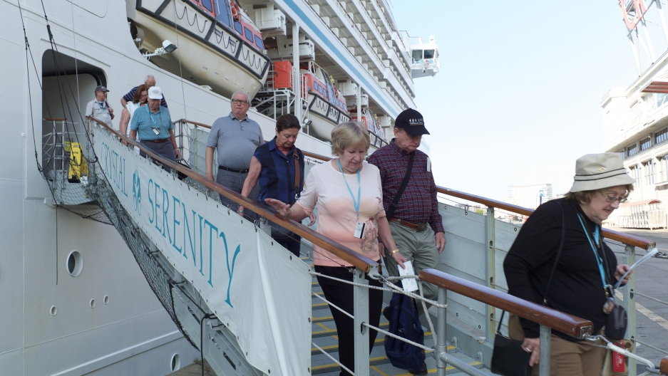 cruise passengers getting off ship
