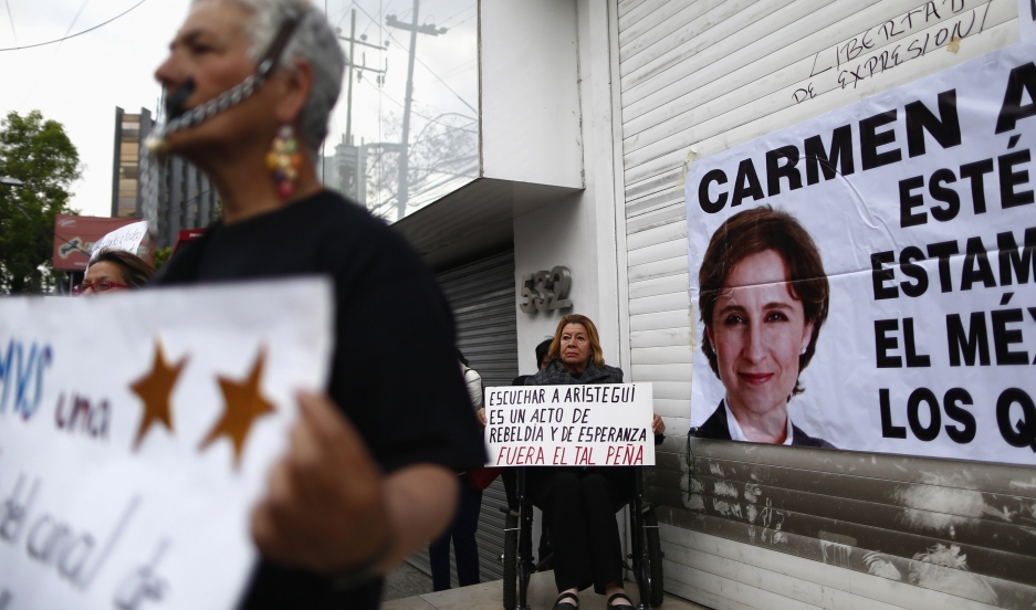 A supporter holds a sign during a protest on March 16, 2015, outside MVS Radio in Mexico City gainst the dismissal of Mexican journalist Carmen Aristegui.