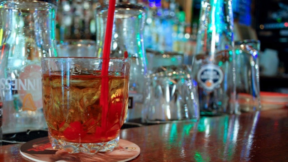 Although there are several drinks based on bourbon, many enthusiasts prefer the alcohol straight in a glass on the rocks.