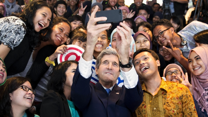 Kerry selfie with Indonesian students