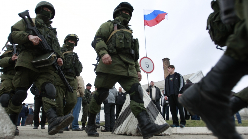 Military personnel, believed to be Russian servicemen, march outside the Crimean city of Simferopol, March 4, 2014.