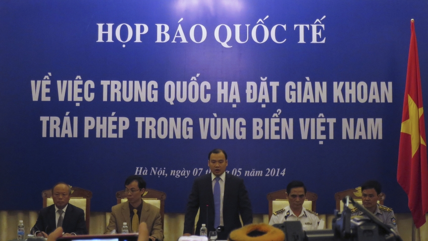 Vietnam government spokesman Le Hai Binh (C) speaks at a news conference on the deployment of a Chinese oil rig in a part of the disputed South China Sea, in Hanoi May 7, 2014.