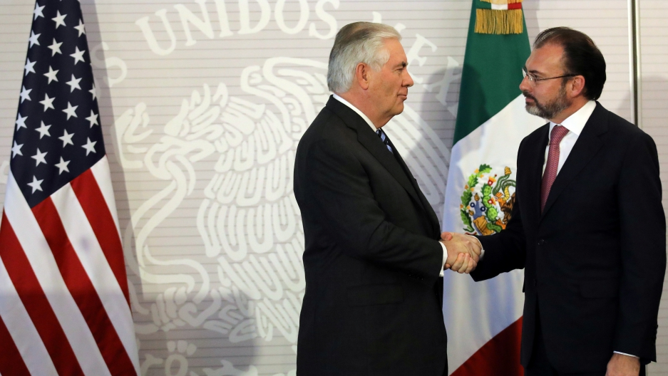 US Secretary of State Rex Tillerson, left, shakes hands with Mexico's Foreign Secretary Luis Videgaray after delivering statements at the Ministry of Foreign Affairs in Mexico City, Mexico, Feb. 23, 2017.