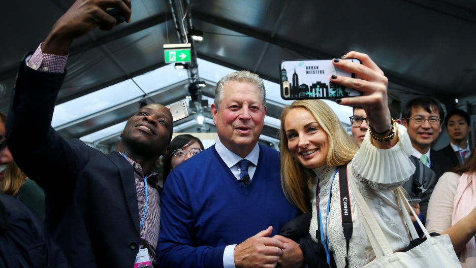 Al Gore poses for selfies with fans