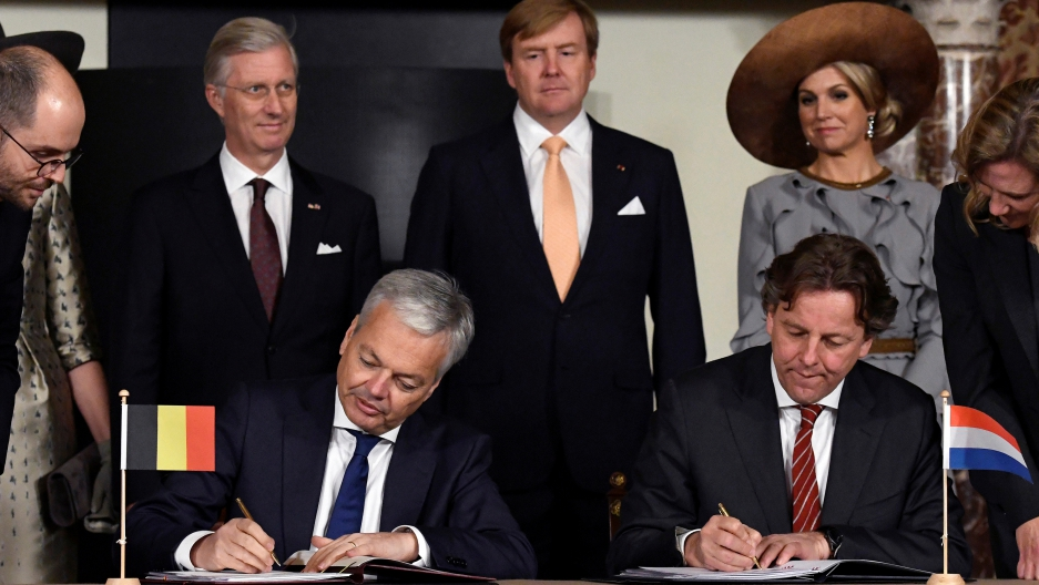 Belgian Foreign Minister Didier Reynders, left, and Dutch counterpart Bert Koenders sign a border correction treaty in Amsterdam during an official state visit to the Netherlands, on Nov. 28, 2016.