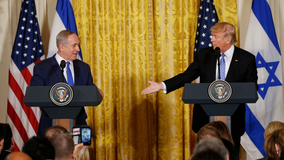 Israeli leader Benjamin Netanyahu and US President Donald Trump shake hands.