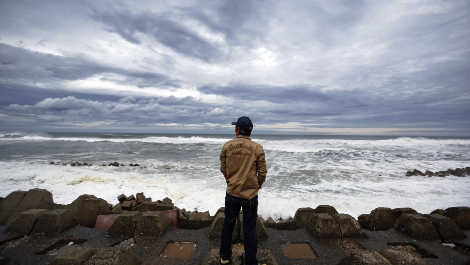 Man looks into the ocean