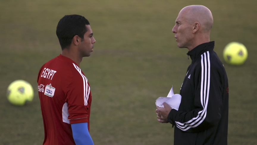 Egypt's head coach Bob Bradley (R) of the US speaks with Ahmed Fathi before a training session during their final training camp.