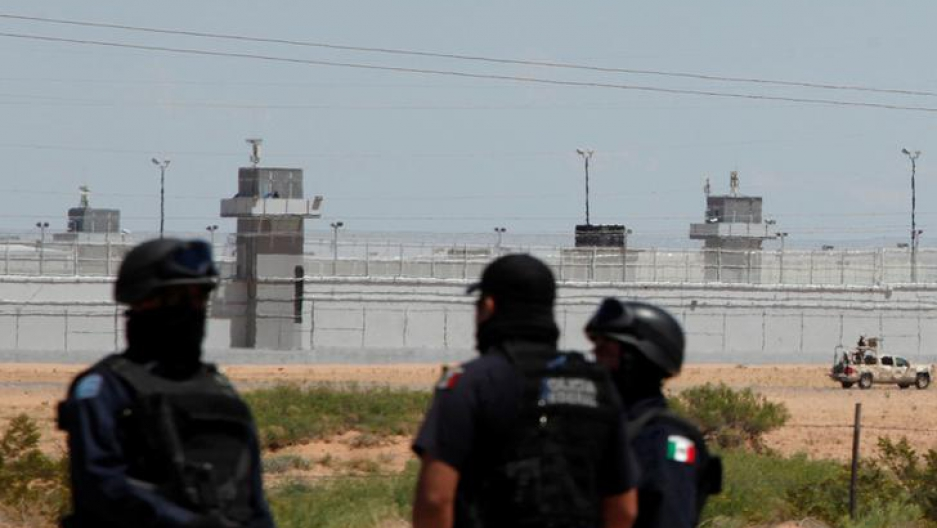 """Federal police officers stand guard near a prison in Ciudad Juarez, where Mexican drug boss Joaquin """"Chapo"""" Guzman was moved from his jail, in central Mexico, May 7, 2016."""