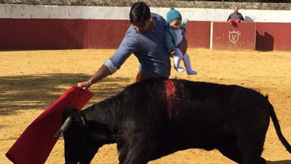 The controversial photo of Fran Rivera bullfighting while holding his daughter in his arms. Published by eldiario.es