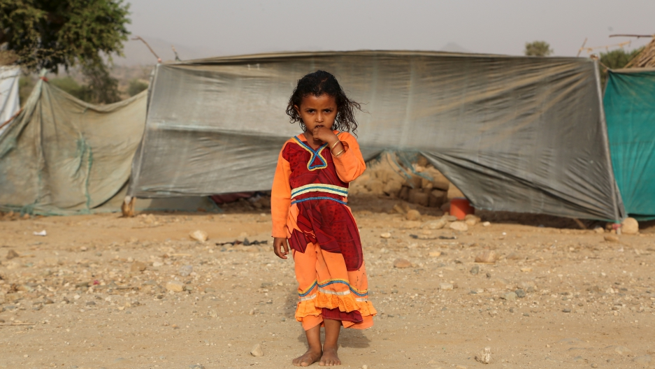 displaced yemeni girl stands