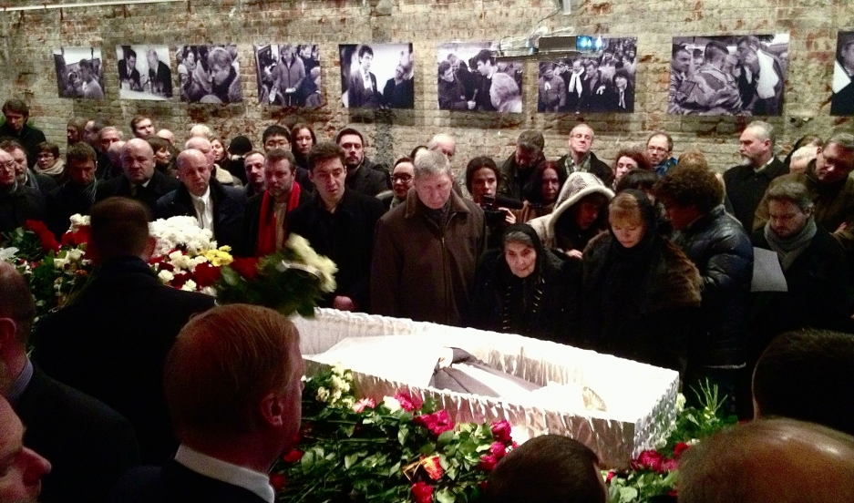 The body of Boris Nemtsov moves through long lines of mourners in Moscow.