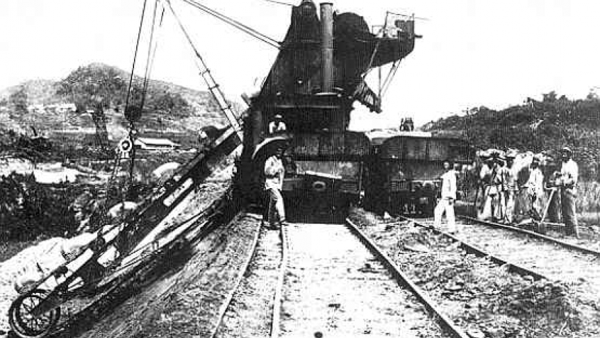 Excavator at work, in Bas Obispo, Panama Canal (1886).