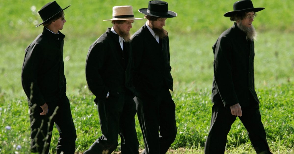 Four Amish men walk to a funeral for a victim of the Amish schoolhouse shootings October 5, 2006 in Nickel Mines, Pennsylvania.</p>