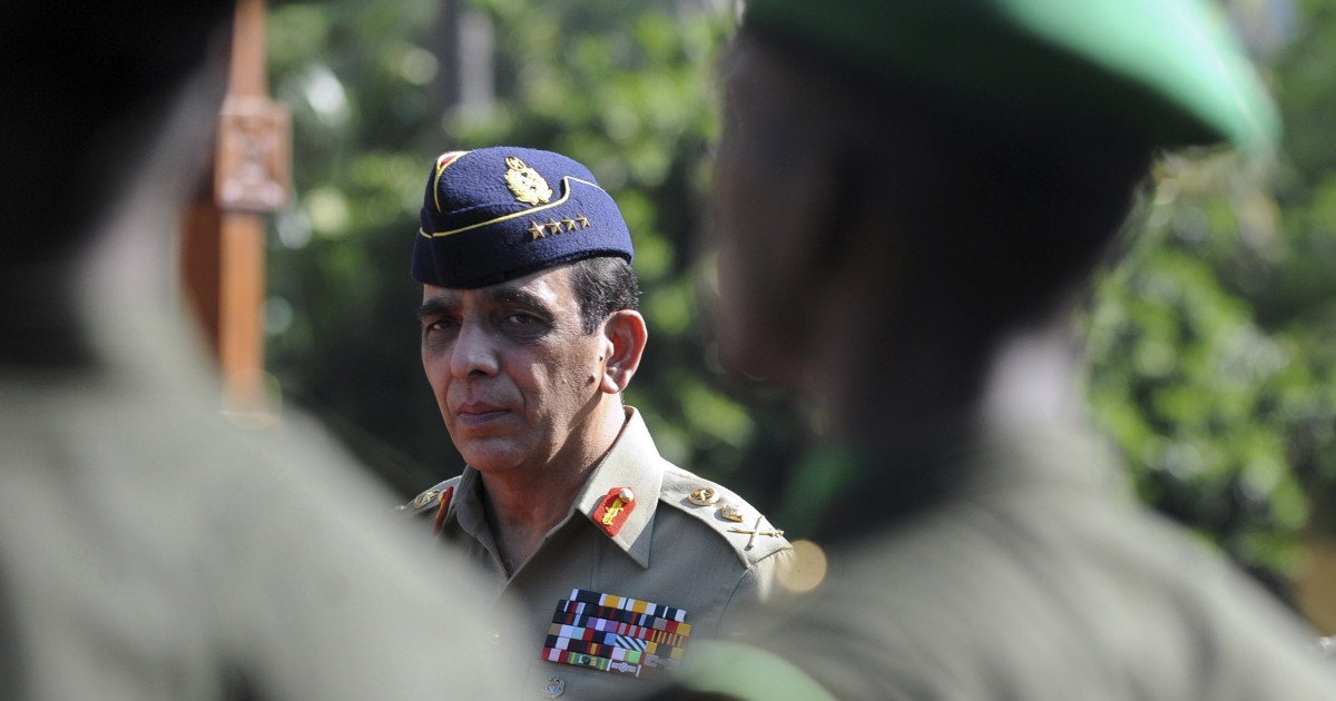 Visiting Pakistani Army Chief General Ashfaq Parvez Kayani walks past a guard of honour at the Sri Lankan Army headquarters in the capital Colombo on January 20, 2011.</p>