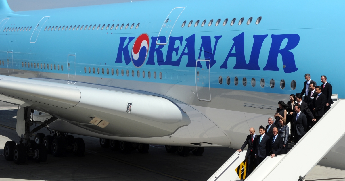 Officials disembark from Korean Air's Airbus A380 on May 24, 2011 at Airbus company in Blagnac, southwestern France.</p>