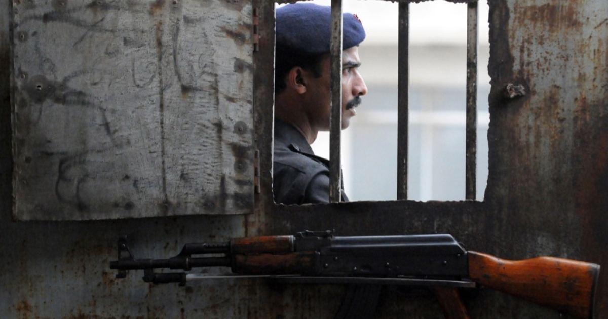 A Pakistani policeman stands at the gate of an anti-terrorism court in Karachi on August 12, 2011.</p>