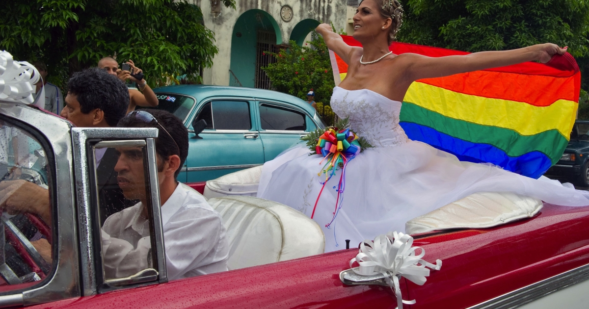 Cuban transsexual Wendy Iriepa arrives for her wedding on August 13, 2011, in Havana.</p>