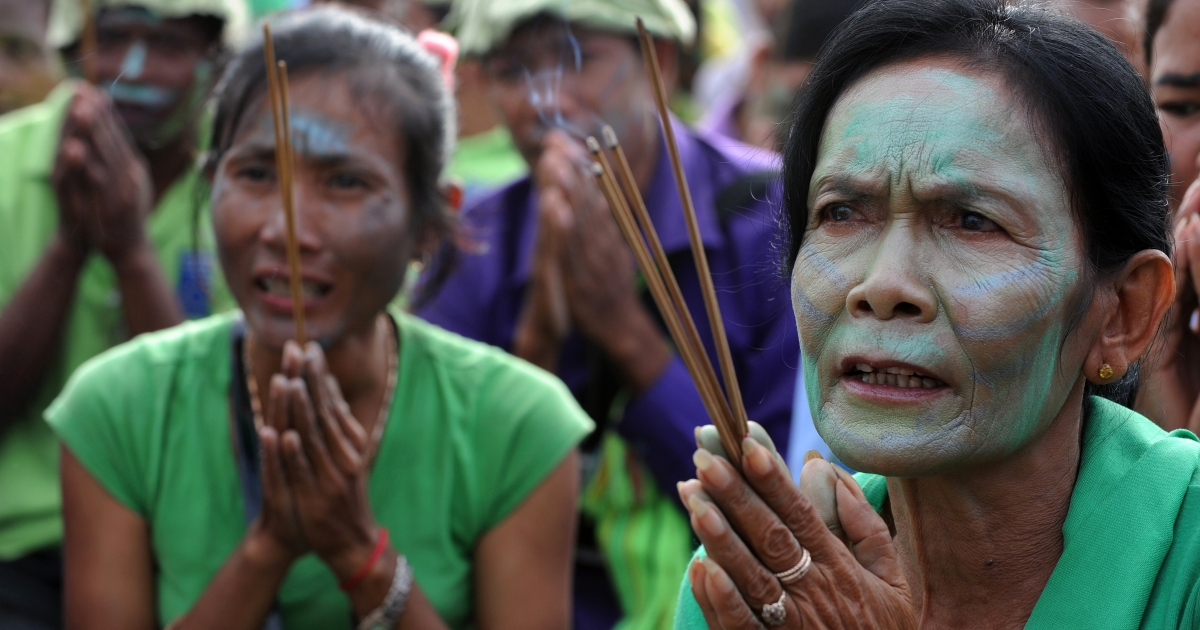 Cambodian villagers with their faces painted to resemble the forest people from the film 'Avatar' pray during a rally against the destruction of the Prey Lang forest in front of the Royal Palace in Phnom Penh on August 18, 2011. With their faces painted blue and green and donning hats made of leaves, the demonstrators called for an end to the exploitation and deforestation of the the largest lowland evergreen forest remaining in Southeast Asia.</p>