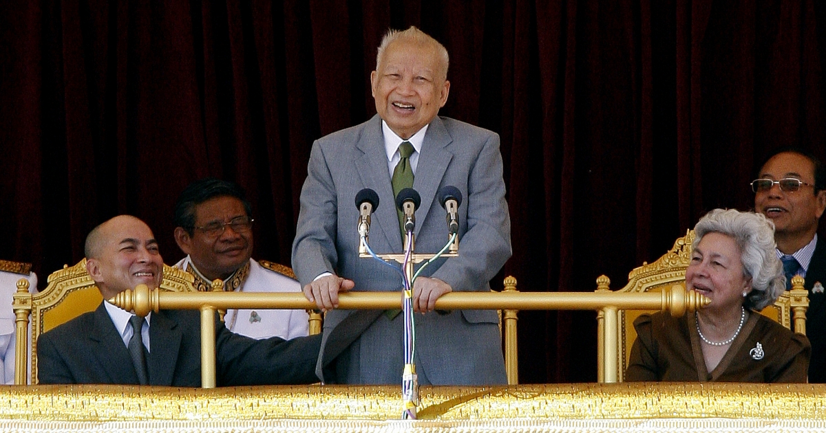 Cambodia's former king, Norodom Sihanouk (C), speaks during a ceremony as Cambodian King Norodom Sihamoni (L) and former queen Norodom Monineath Sihanouk (R) look on at the Royal Palace in Phnom Penh on October 30, 2011</p>