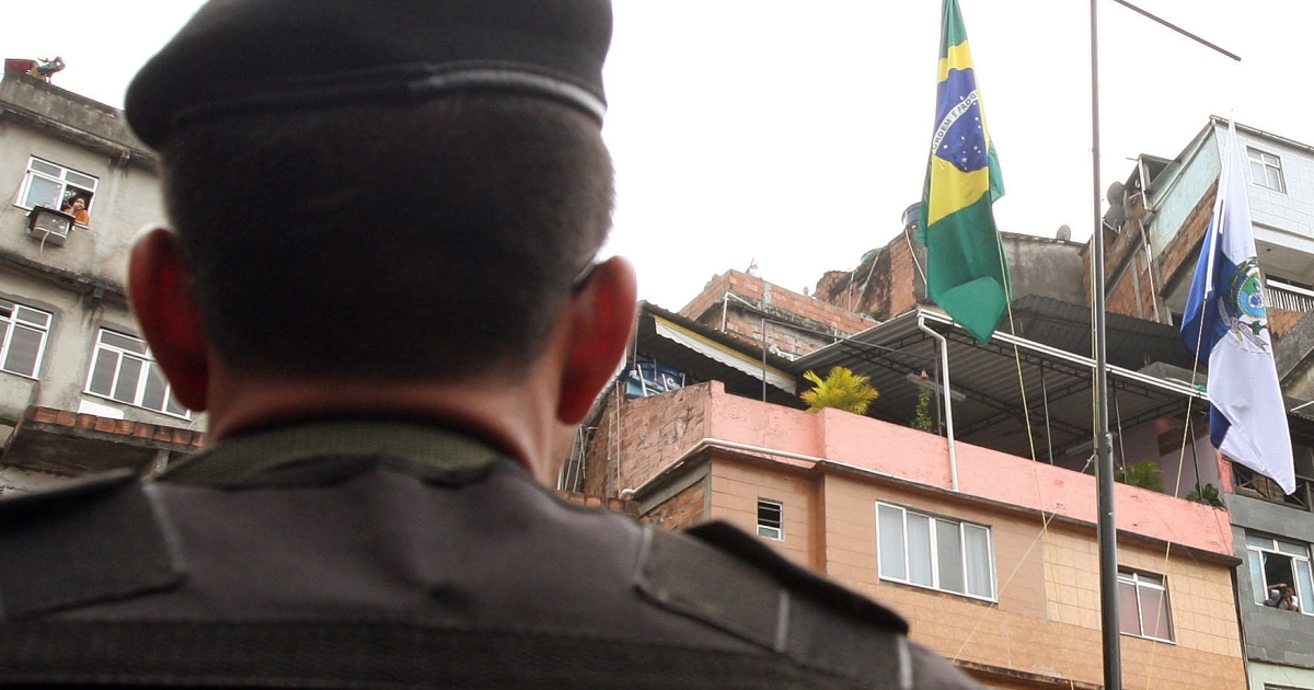 Brazilian security forces raise their flag in Rocinha.</p>