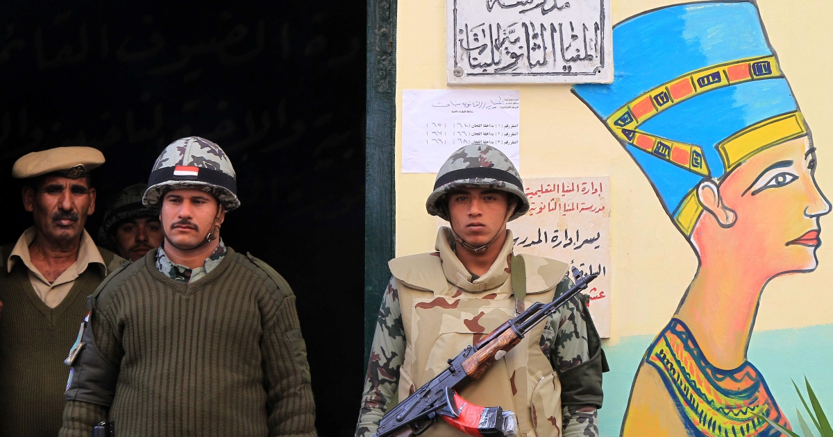 Egyptian soldiers stand guard near a mural of Queen Nefertiti outside a polling station in Minya, some 350 kms south of Cairo, during the third and final round of landmark parliamentary elections on January 3, 2012.</p>