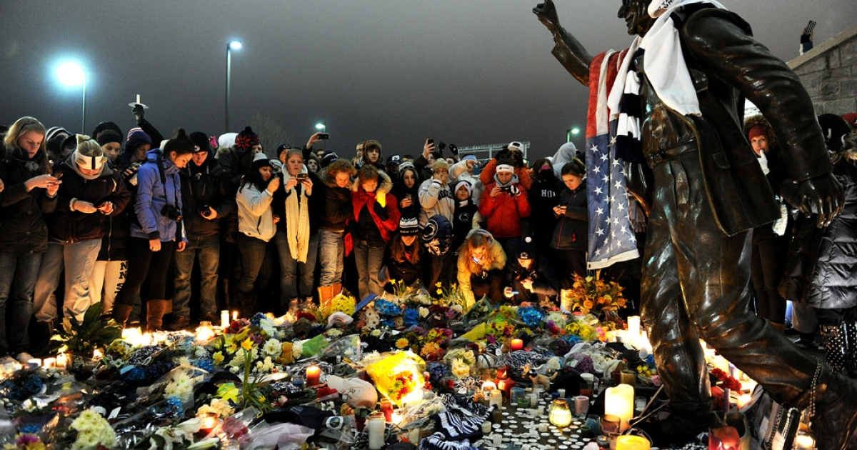 Students and community members gather around the statue of Joe Paterno, the former Penn State football coach who died earlier in January, outside Beaver Stadium at Penn State on January 22, 2012 in State College, Pennsylvania. Paterno, who was 85, died due to complications from lung cancer.</p>