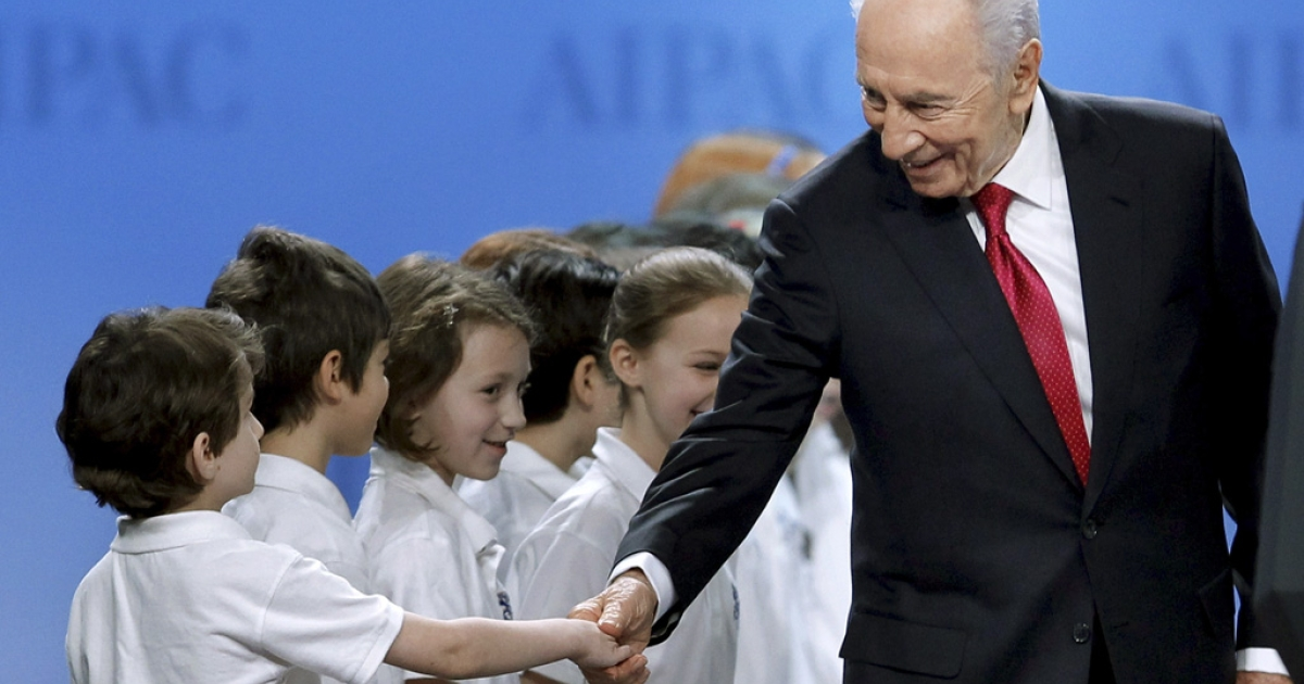 Israeli President Shimon Peres greets children before addressing the American Israel Public Affairs Committee's annual conference in Washington today.</p>