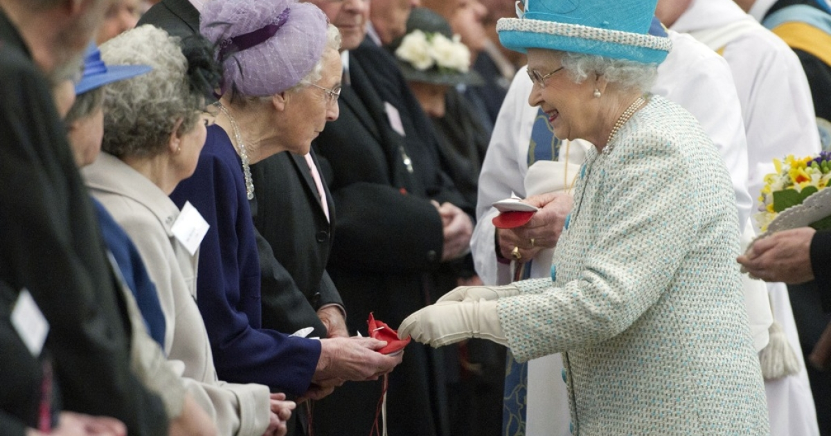Britain's Queen Elizabeth II (R) distributes the Maundy money during the Royal Maundy Service at York Minster in York, northern England, April 5, 2012. During the Royal Maundy Service the queen distributed the Maundy money to 86 women and 86 men – one for each of the queen's 86 years.</p>