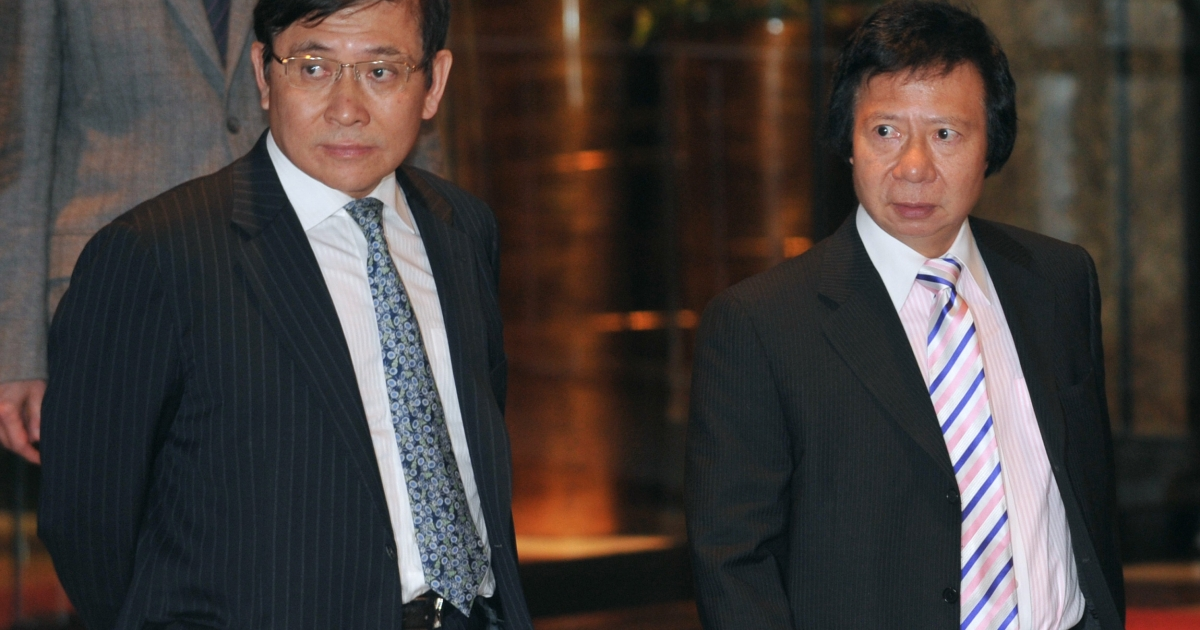 Raymond Kwok (L) and Thomas Kwok of Sun Hung Kai Properties walk towards a press conference in Hong Kong on Apr. 3, 2012.</p>