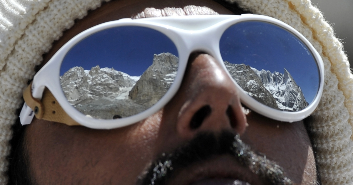 A Pakistani soldier wearing sunglasses looks on at the avalanche site during an ongoing operation at Gayari camp near the Siachen glacier on April 18, 2012. Rescuers are still searching for nearly 140 soldiers buried by the mass of snow and rock at Gayari camp near the Siachen glacier, 4,000 metres above sea level.</p>