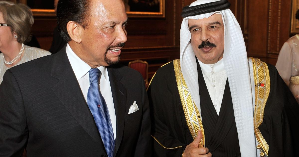 Brunei's Sultan Hassanal Bolkiah (L) talks to Bahrain's Crown Prince Salman bin Hamad al-Khalifa during a reception in the Waterloo Chamber at Windsor Castle.</p>