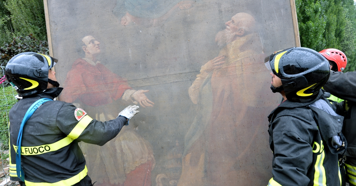 Fireman recover a painting from a church in San Carlo village, in Modena province, damaged following a powerful earthquake that shook Italy's industrial and densely populated northeast early on May 20, 2012 killing at seven people.</p>