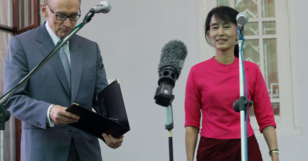 Myanmar opposition leader Aung San Suu Kyi (R) and Australian Foreign Minister Bob Carr prepare to address the press after a meeting at Suu Kyi's house in Yangon on June 6, 2012. Carr is in Myanmar for a three day visit.</p>