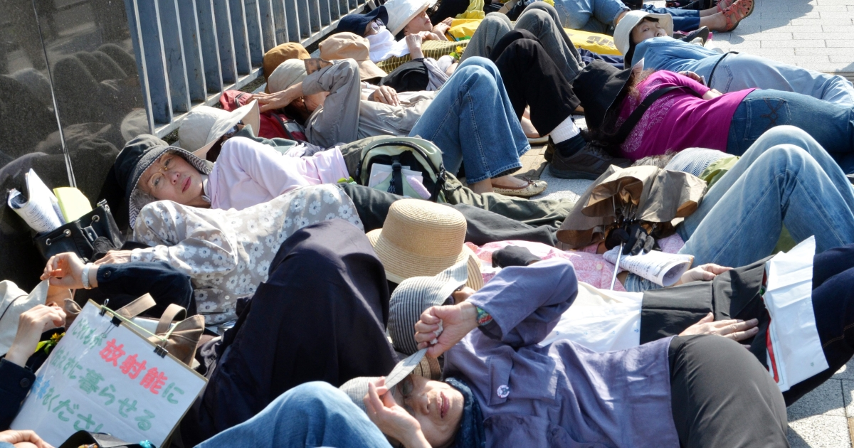 About 100 female activists, mainly from Fukushima prefecture, stage a die-in protest in front of the prime minister's official residence in Tokyo on June 7, 2012.</p>