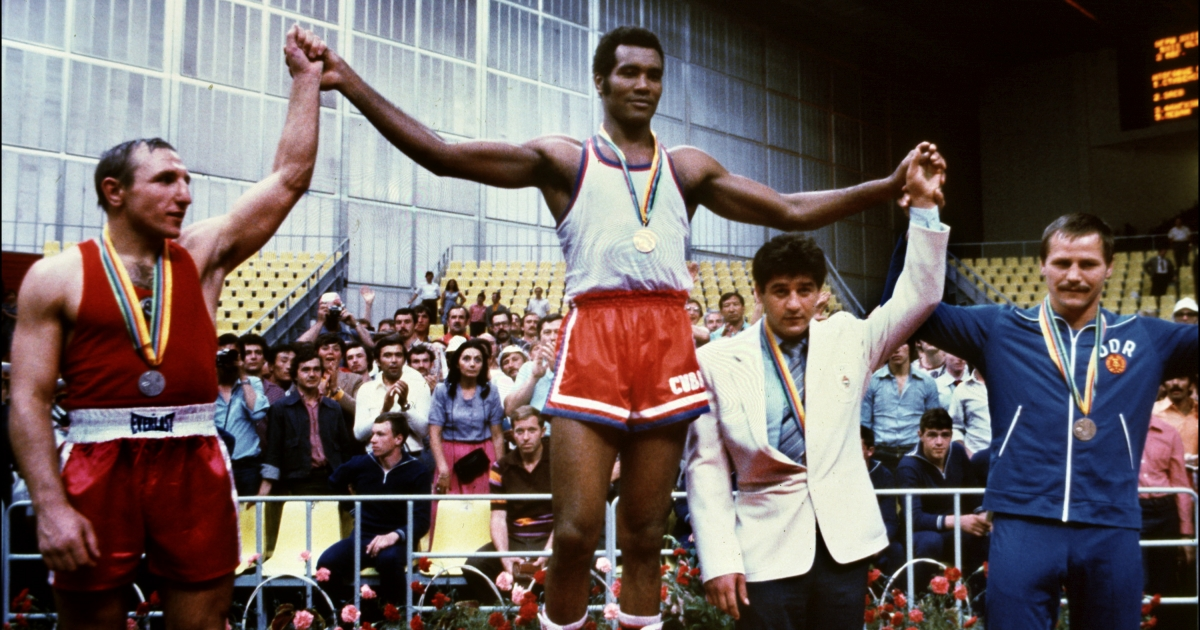 Teofilo Stevenson (centre) with a gold medal at the 1980 Moscow Olympics.</p>